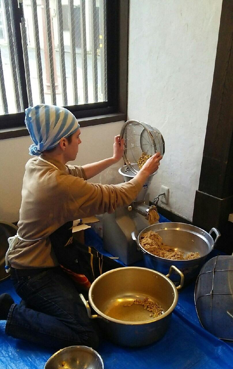 煮豆を細かく挽くクリスくん
